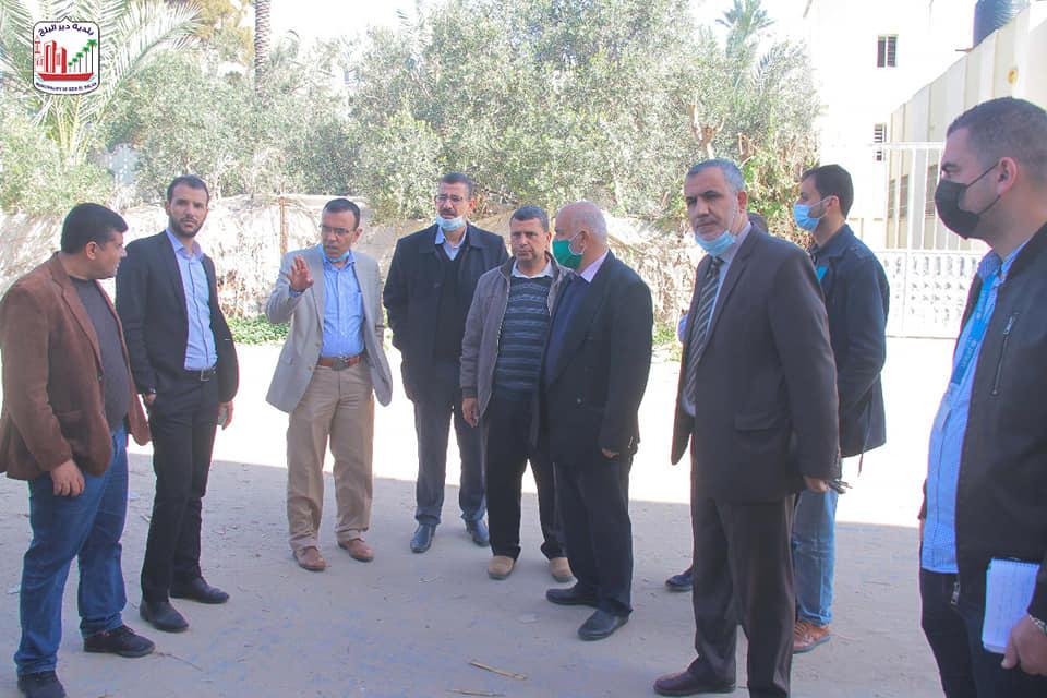 بلدية دير البلح تسلم موقع مشروع تصريف مياه الأمطار بمنطقة أبو فطاير للمقاول