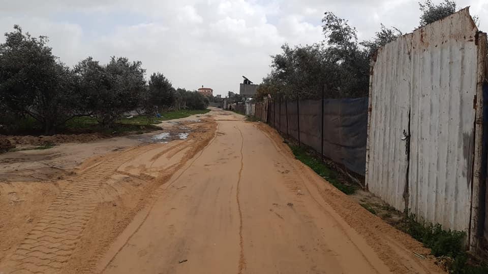 بلدية دير البلح تشرع بتسوية شوارع بمناطق المدينة