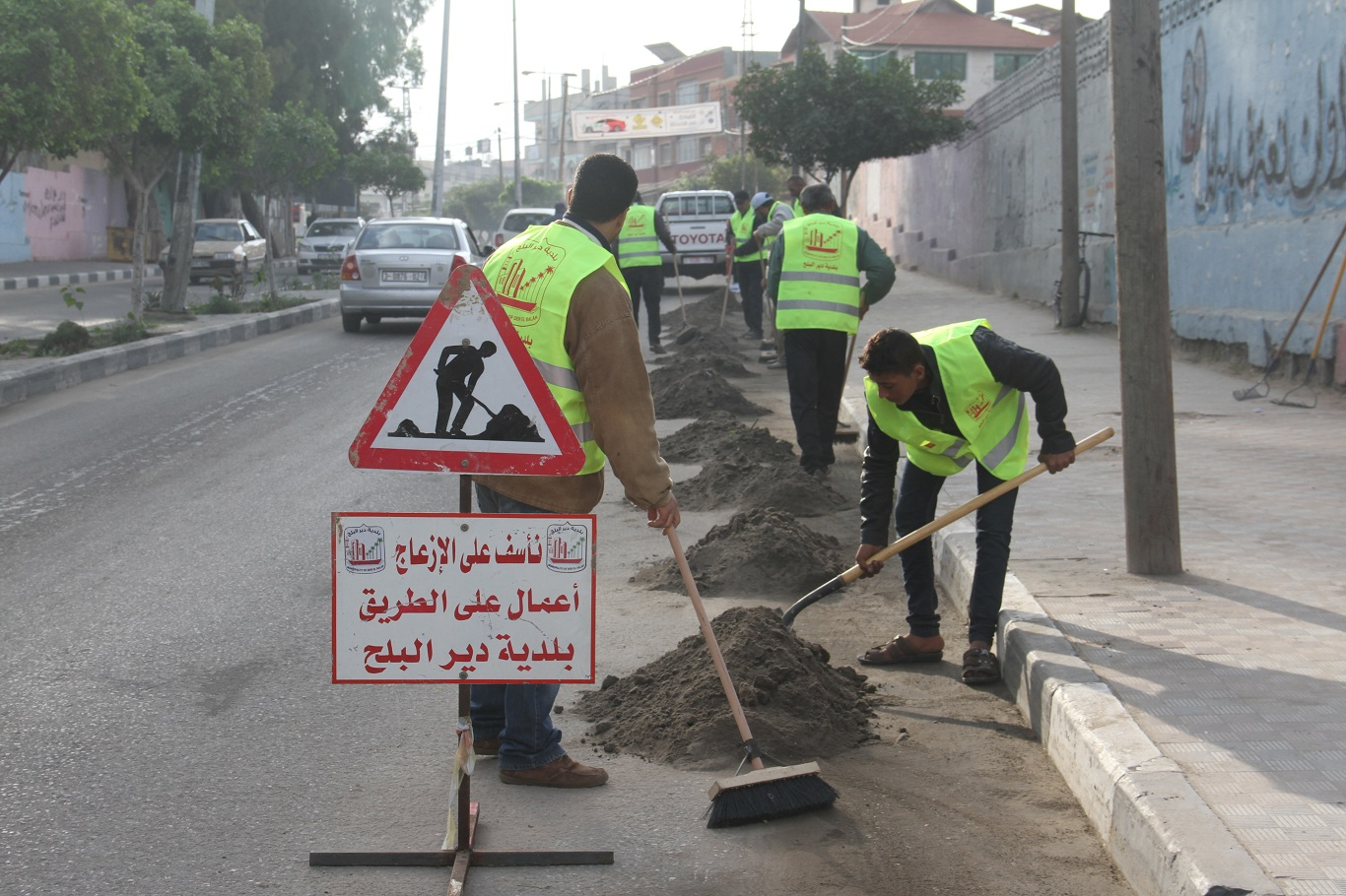 جانب من أعمال نظافة شارع الشهداء