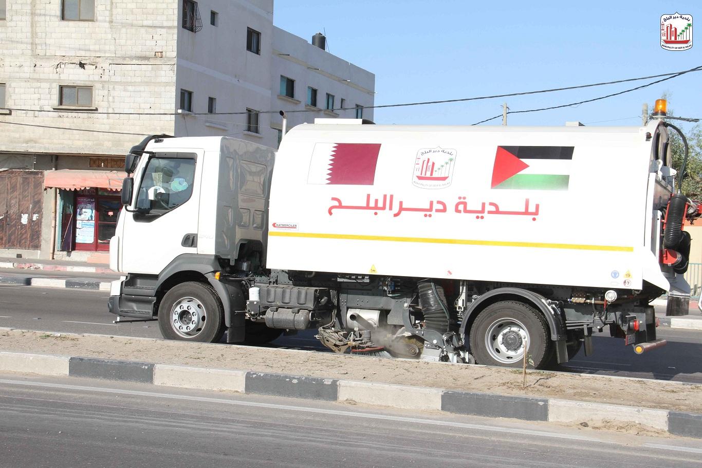 البدء باستخدام سيارة كنس الشوارع التي تم استلامها من لجنة الإعمار- قطر