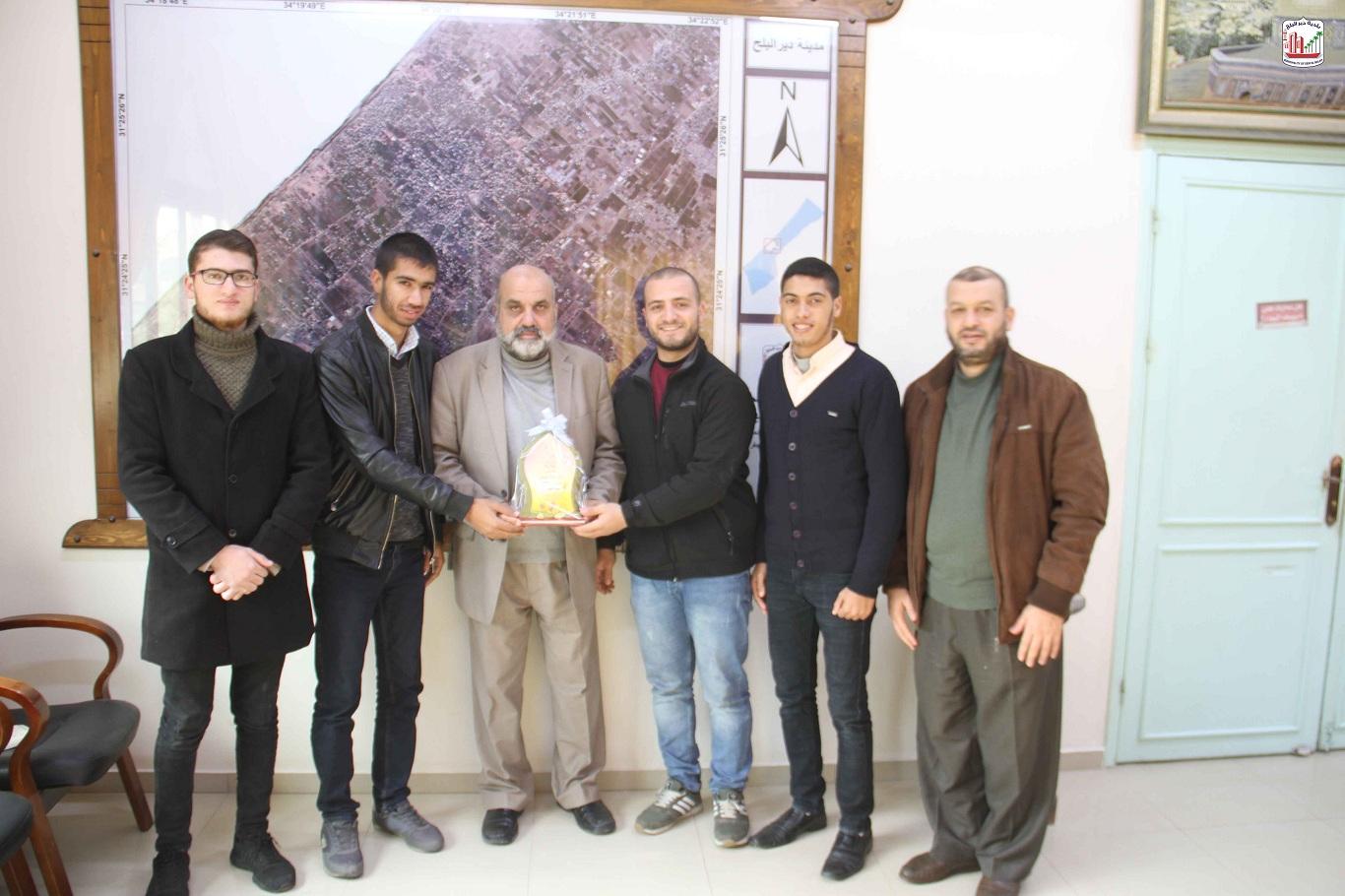فريق ثمرة الشبابي خلال زيارتهم للبلدية