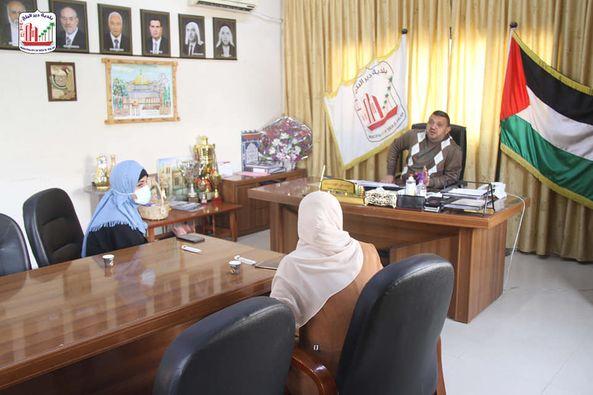 رئيس بلدية دير البلح دياب الجرو يستقبل منسقة نشميات دير البلح