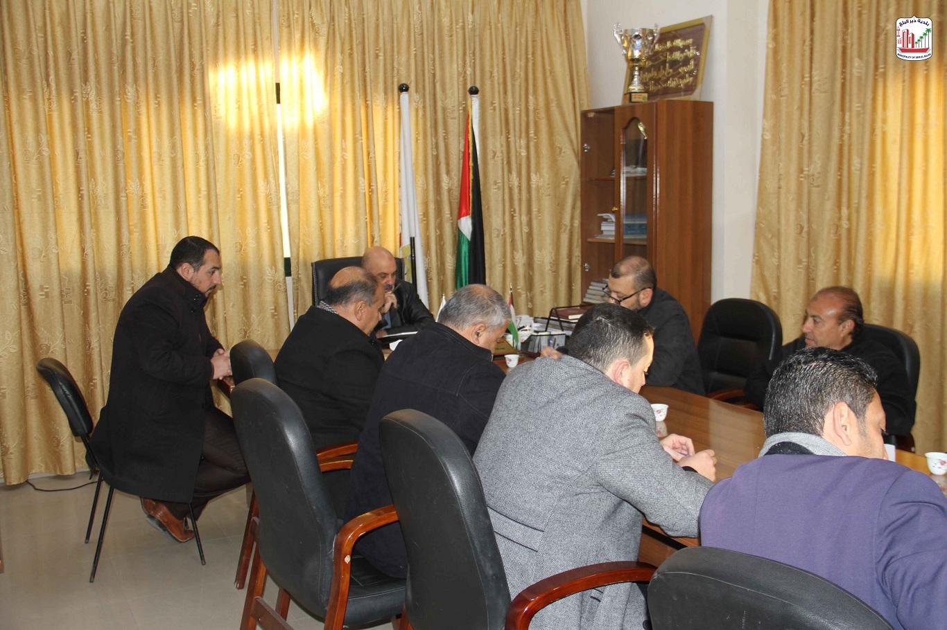 رئيس البلدية خلال اجتماعه بموظفي دائرة التنظيم والتخطيط الحضري