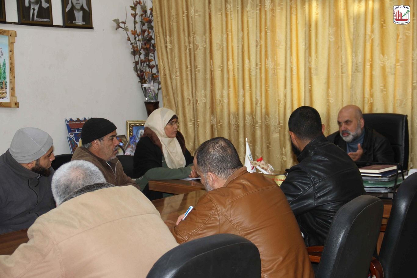 قسم الجباية خلال اجتماعه برئيس البلدية