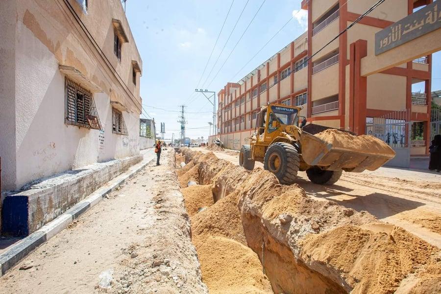 اتمت بلدية دير البلح صيانة الخط الناقل لمضخة البصة للصرف الصحي في شارع الاقصى
