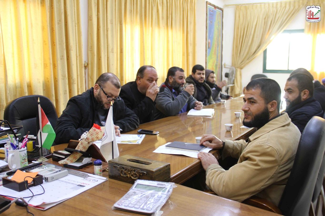 رئيس البلدية يجتمع مع الشؤون الإدارية وقلم الجمهور وبحث الأمور المتعلقة بتطوير العمل