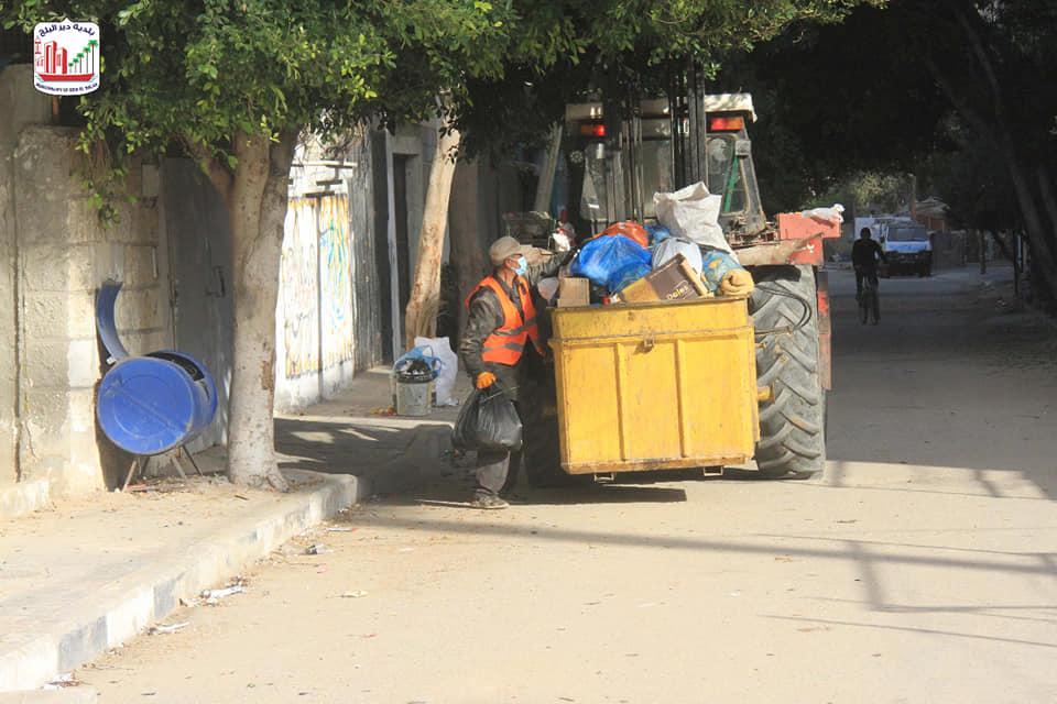 خلال الإغلاق الأسبوعي: بلدية دير البلح تواصل أعمال جمع وترحيل النفايات بالمدينة