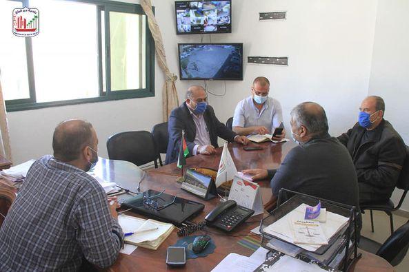 بلدية دير البلح تبحث أعمال مشروع تطوير شارع الشهداء الشرقي مع وفد من وكالة الغوث