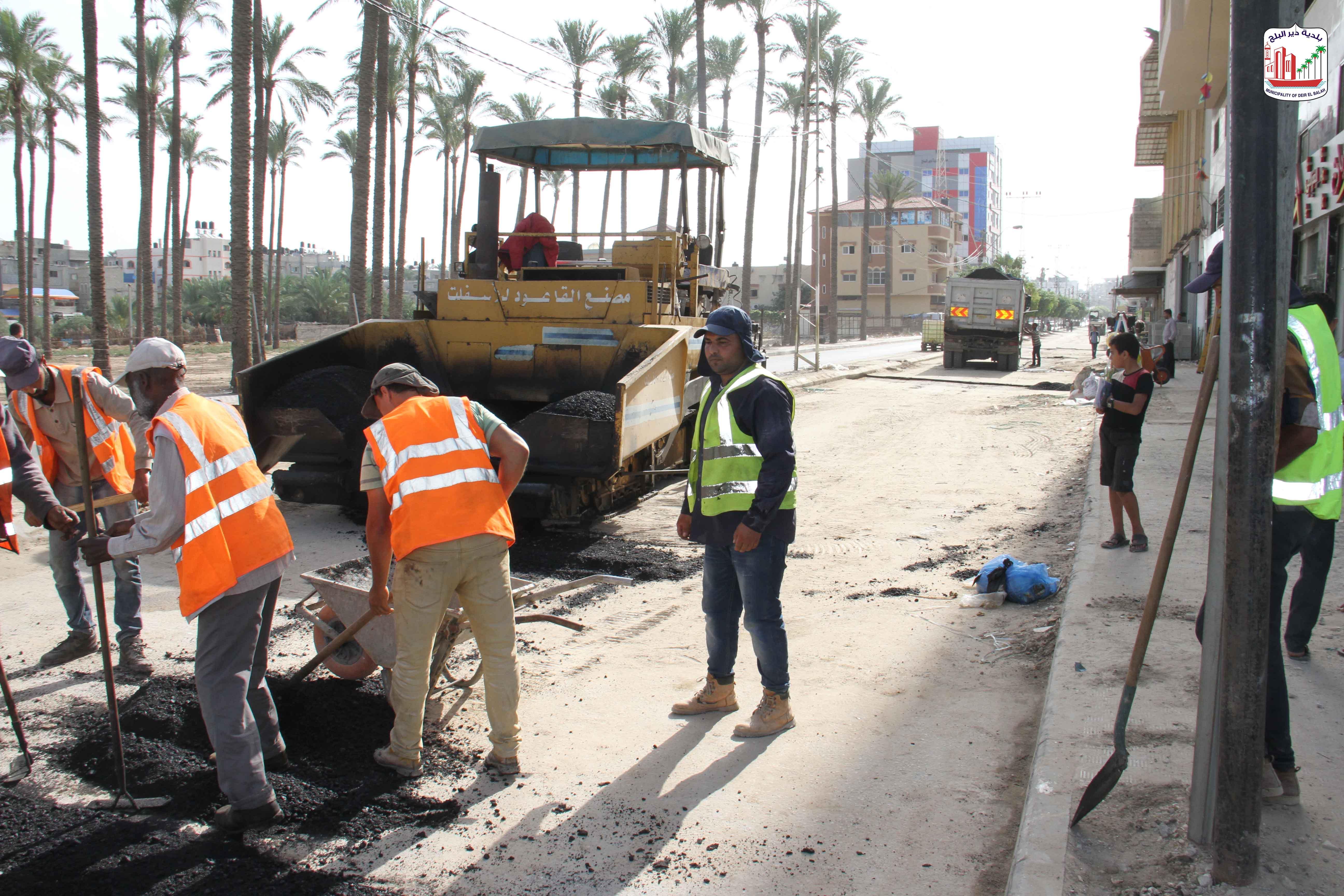 جانب من العمل بمشروع صيانة شوارع متفرقة