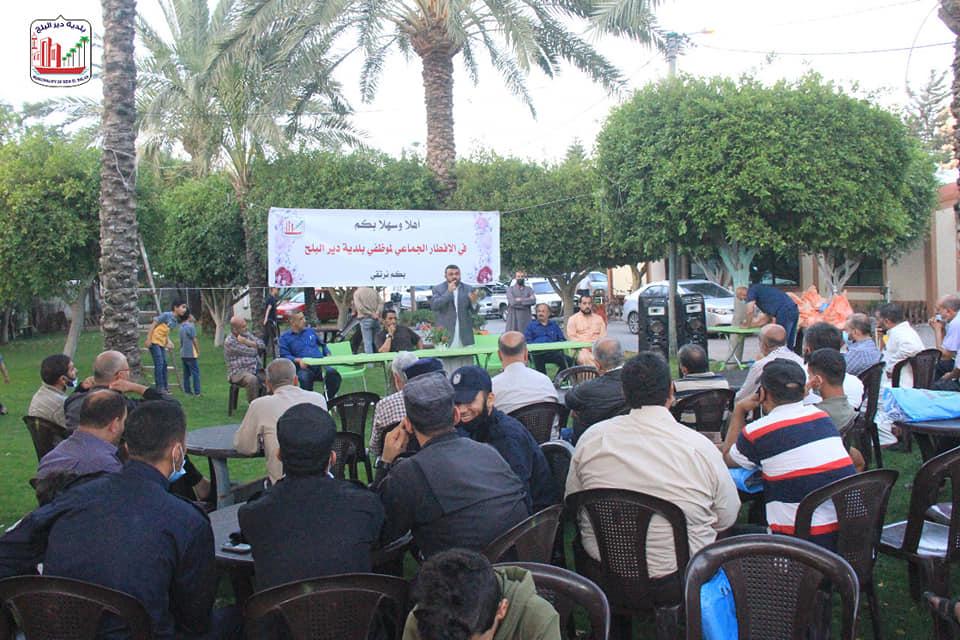 بلدية دير البلح تنظم إفطارا جماعيا لموظفيها