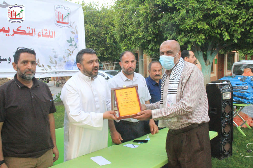 بلدية دير البلح تكرم موظفيها المتقاعدين للثلاث سنوات الماضية