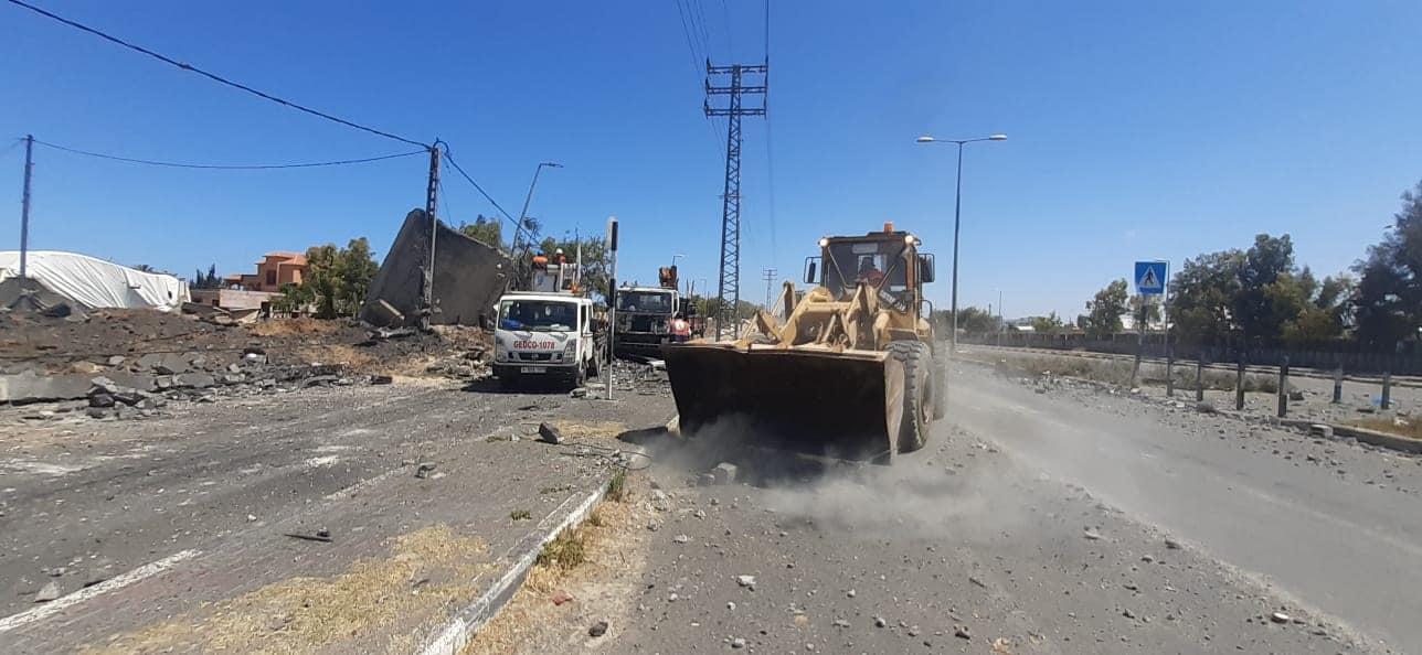 بلدية دير البلح تزيل ركام القصف الصهيوني عن شارع صلاح الدين