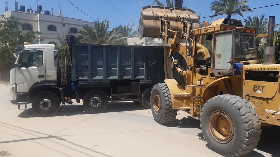 استمرار جمع وترحيل النفايات من مناطق المدينة خلال العدوان الصهيوني