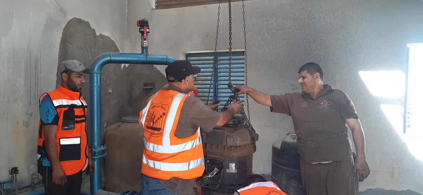 في ظل استمرار العدوان.. بلدية دير البلح تواصل صيانة الآبار لضمان استمرار الخدمات