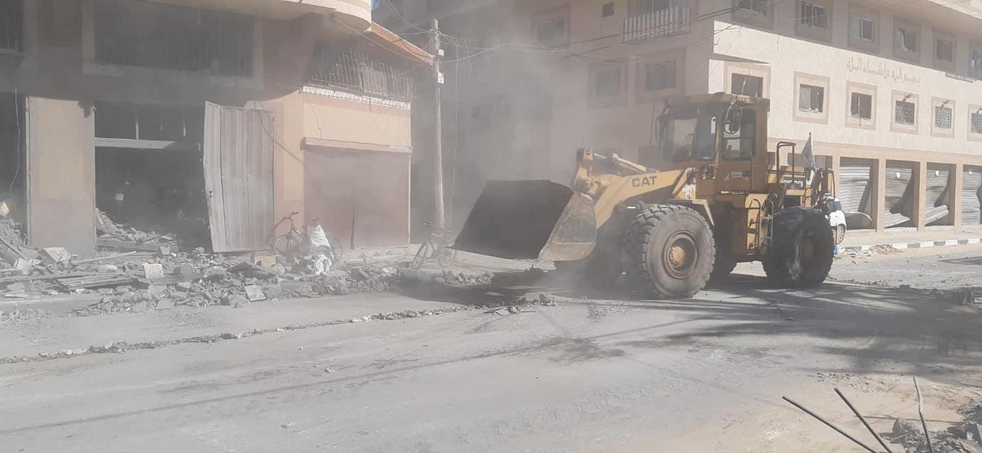 طواقم بلدية دير البلح تزيل ركام ومخلفات القصف الصهيوني الذي استهدف منزل آل الحسنات