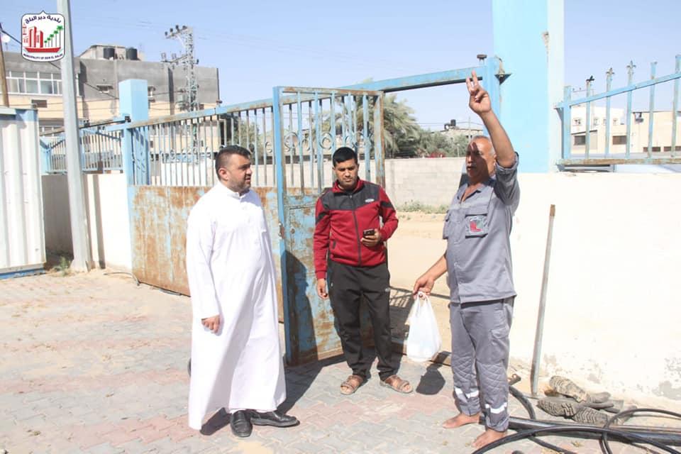 رئيس بلدية دير البلح يتفقد عمال الطوارئ في أماكن عملهم الميدانية