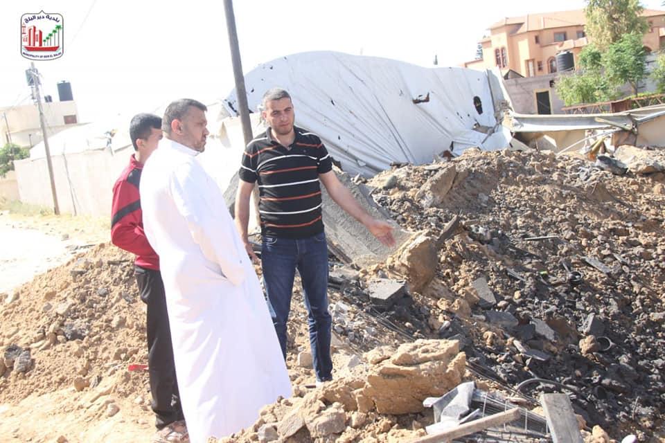رئيس بلدية دير البلح يتفقد مواقع الأضرار التي لحقت بخطوط المياه والتأكيد على سرعة استبدالها