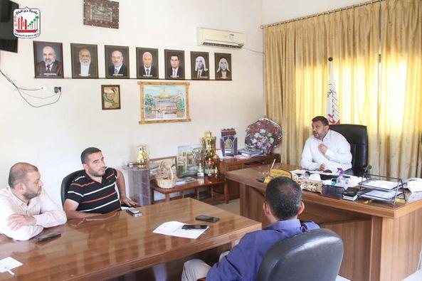 رئيس بلدية دير البلج يبحث سبل تحسين خدمة المياة بالمدينة