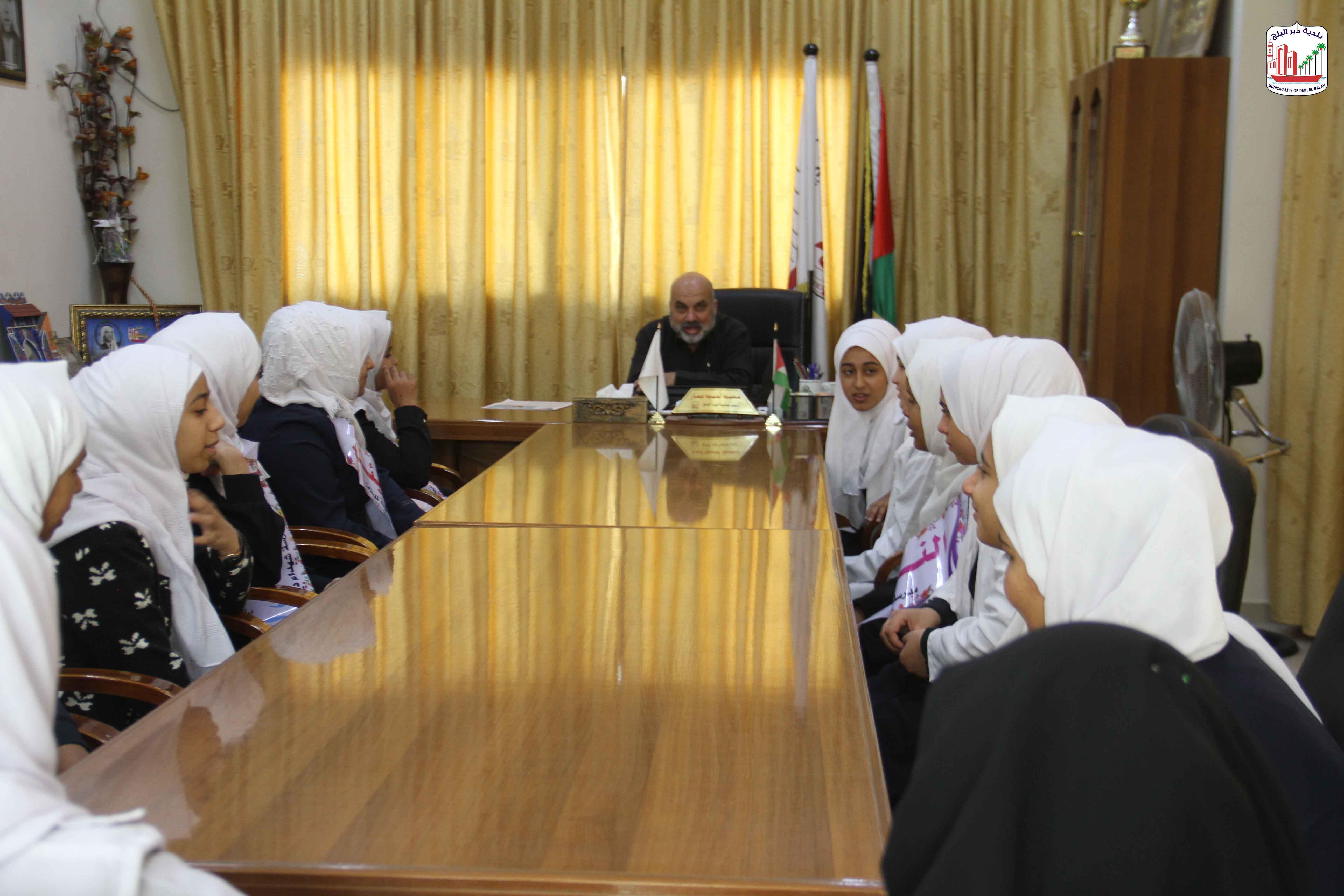 طالبات مدرسة شهداء دير البلح خلال زيارتهم للبلدية