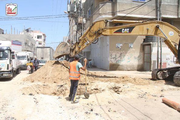 جانب من أعمال تمديد شبكات المياة والصرف الصحي ضمن مشروع إعادة تأهيل شارع السلام