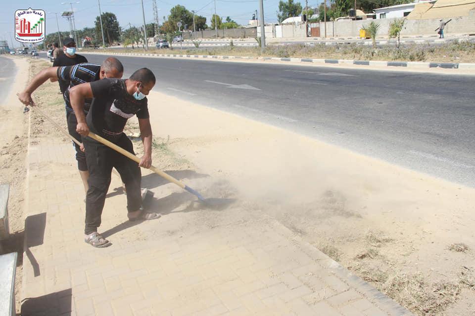 بلدية دير البلح تنظم حملة نظافة لشارع صلاح الدين بالتنسيق مع مركز الإصلاح والتأهيل