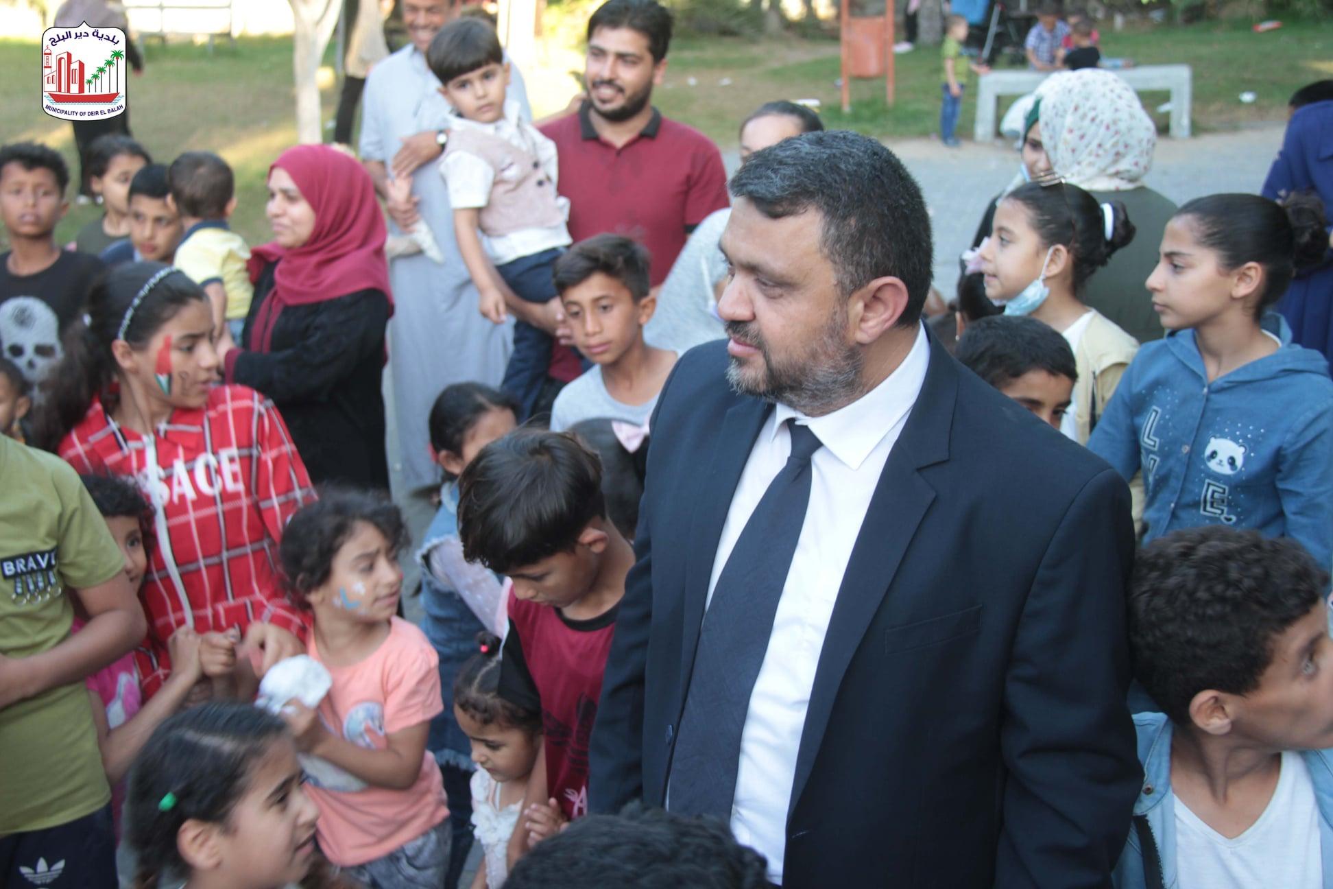 توزيع الألعاب و الحلويات على الأطفال داخل منتزه بلدية دير البلح (المحطة)
