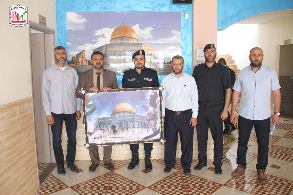 رئيس بلدية دير البلح دياب الجرو يزور شرطة مرور المحافضة الوسطى