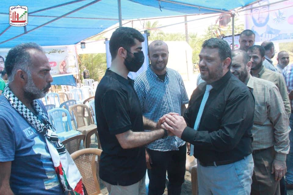 رئيس بلدية دير البلح يهنأ الاسير المحرر اياد ابو ناصر بالإفراج عنه من سجون العدو الصهيوني