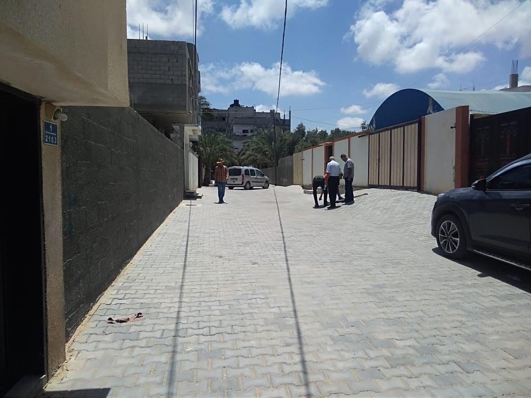 بلدية دير البلح تتسلم مشروع تبليط شوارع فرعية في دير البلح بشكل ابتدائي