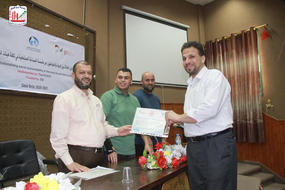 بلدية دير البلح تشارك في احتفال تكريم المتدربين ضمن مشروع تعزيز العلاقة بين الدولة والمواطن عبر مأسس