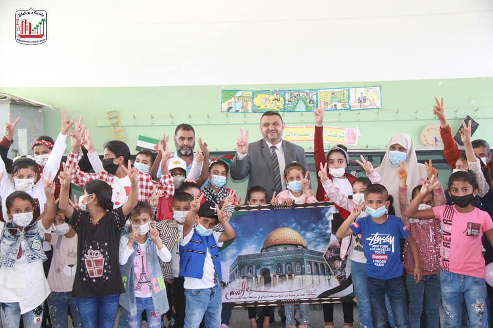 رئيس بلدية دير البلح يؤكد على أهمية دور المخيمات في التخفيف عن الطلبة خلال زيارته لمخيمات القدس في ا