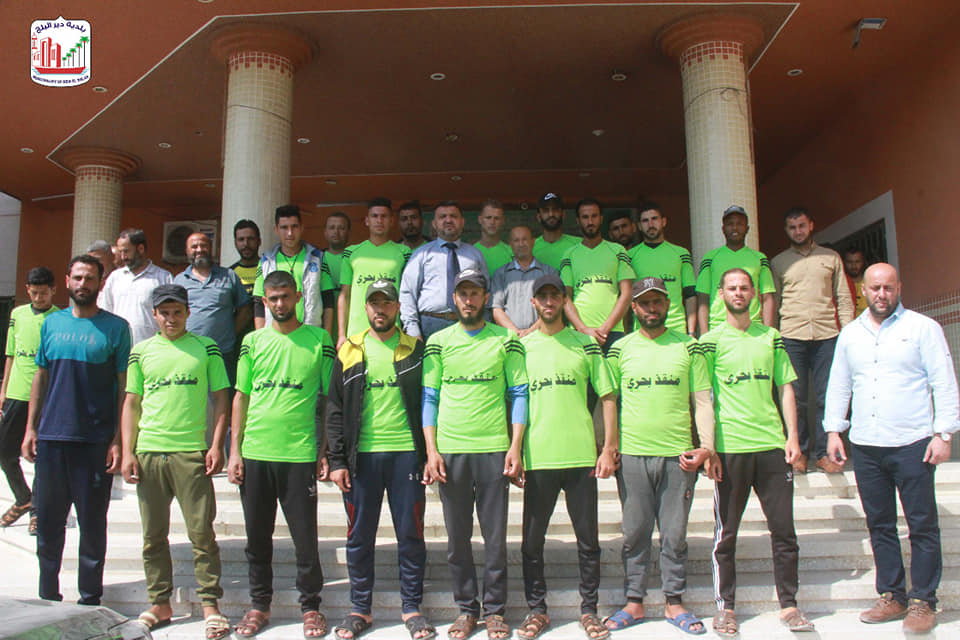 رئيس بلدية دير البلح يلتقي بالمنقذين البحريين ويثني على عملهم خلال موسم الصيف