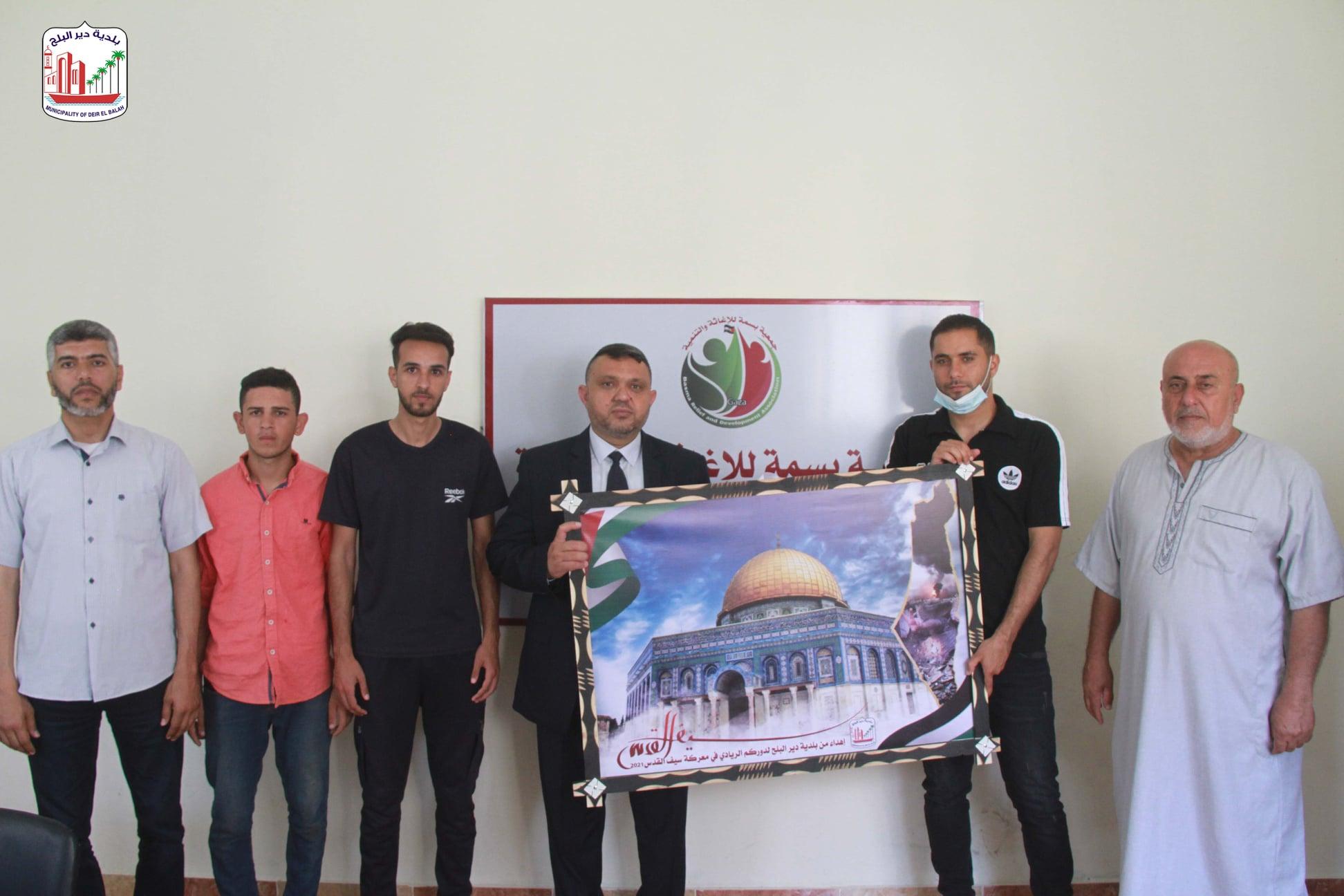 رئيس بلدية دير البلح يثني على دور المؤسسات التي قدمت مساعدات إغاثية للمواطنين خلال الحرب