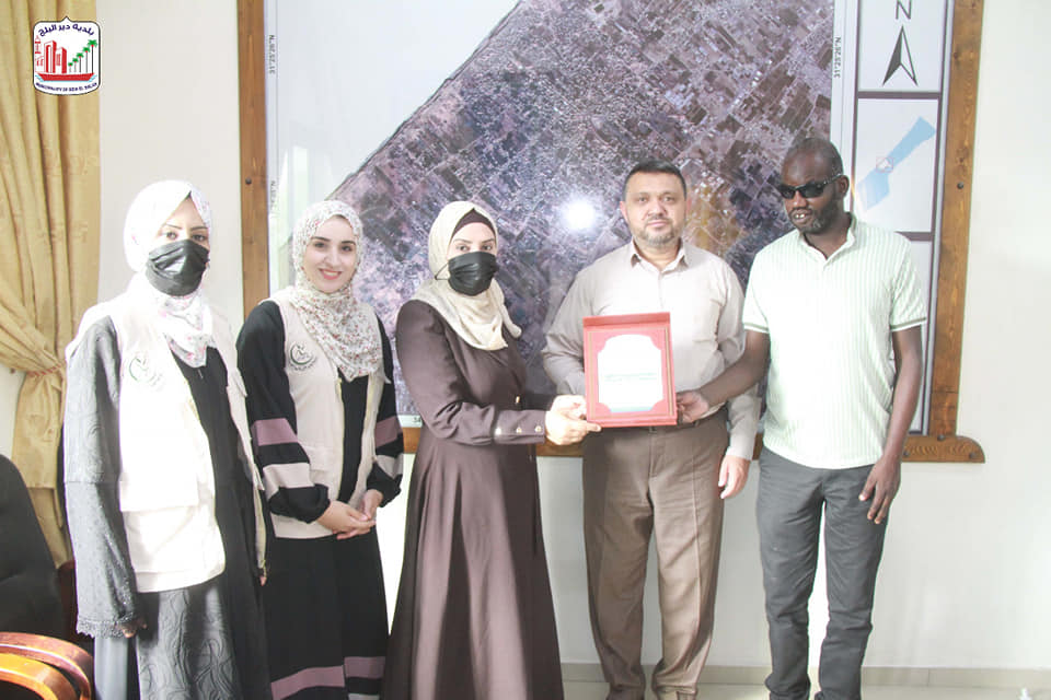 بلدية دير البلح تلتقي وفد من مدرسة جسور الأمل للتربية الخاصة