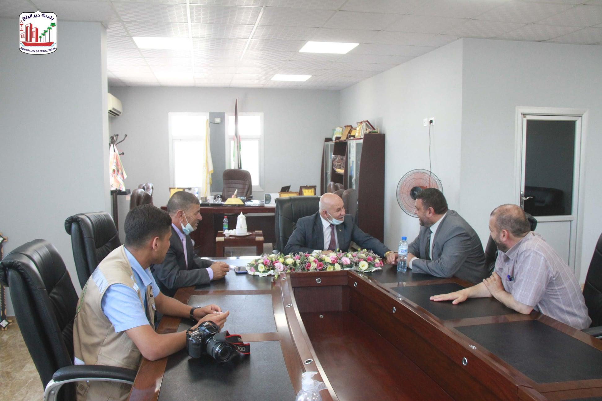 رئيس بلدية دير البلح يبحث سبل تطوير العمل البلدية خلال زيارته لبلديات محافظة خانيونس