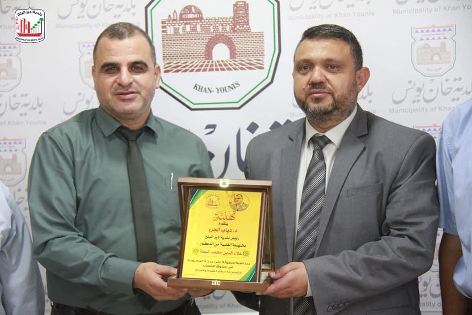 رئيس بلدية دير البلح يلتقي رئيس بلدية خانيونس ويهنئته بالدكتوراه