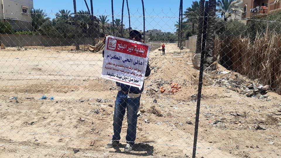 بلدية دير البلح تغلق مكب عشوائي وترحل 20 طن من النفايات