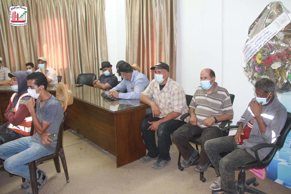بلدية دير البلح تعقد لقاء توعية لعمال صناع الجمال