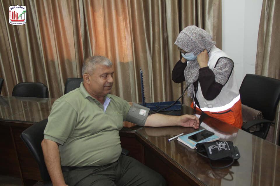 ضمن الحملة الوطنية للتوعية حول ضغط الدم... بلدية دير البلح تجري فحص ضغط الدم لموظفيها