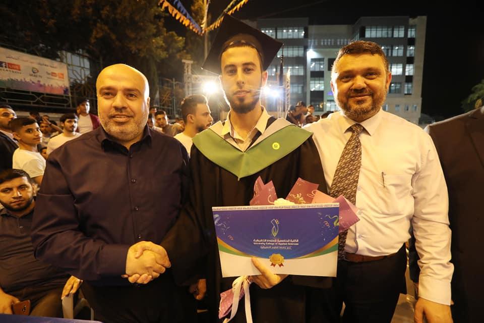 رئيس بلدية دير البلح دياب الجرو يشارك في احتفالات تخريج الفوج الثاني والعشرين من طلبة الكلية الجامعي