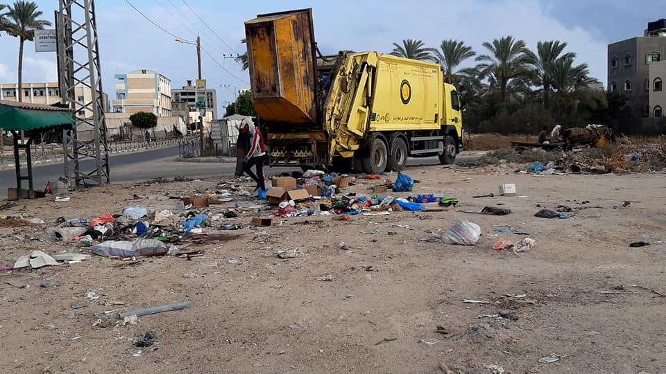 بلدية دير البلح ترحل 20 طن من النفايات العشوائية شهرياً وتغلق أحد المكبات