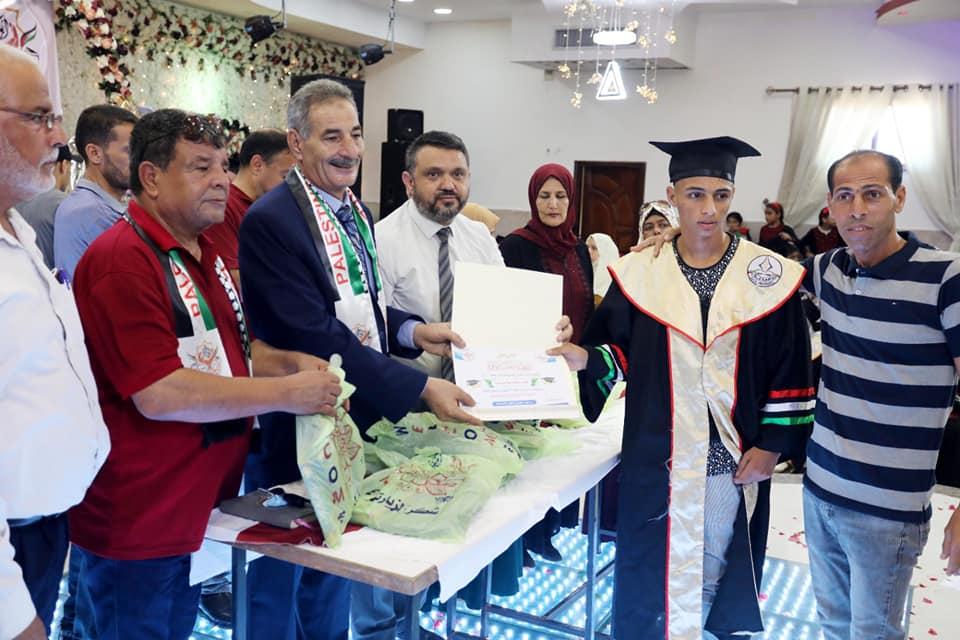 رئيس بلدية دير البلح خلال مشاركته عائلات المدينة بنجاح ثلة من أبنائها في امتحانات الثانوية العامة حي