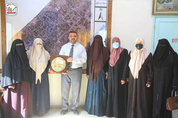 بلدية دير البلح تستقبل الحركة النسائية الإسلامية