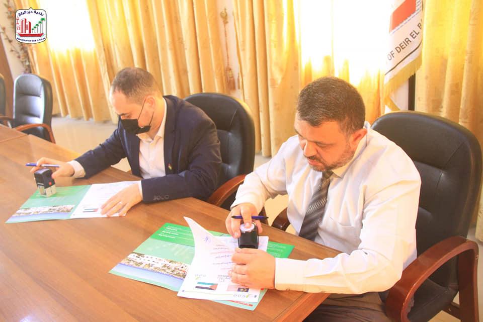 بلدية دير البلح توقع مذكرة تفاهم حفر بئر مياه