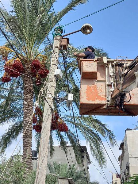 رغم تهالك آلية الونش... بلدية دير البلح مستمرة بصيانة الإنارة بالمدينة