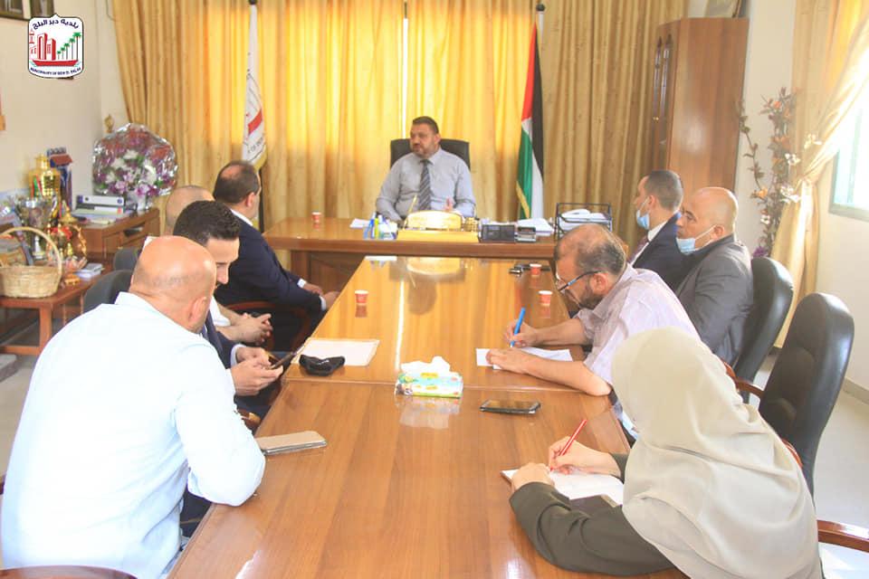 بلدية دير البلح تبحث تعزيز الشراكة مع شركة الاتصالات الفلسطينية