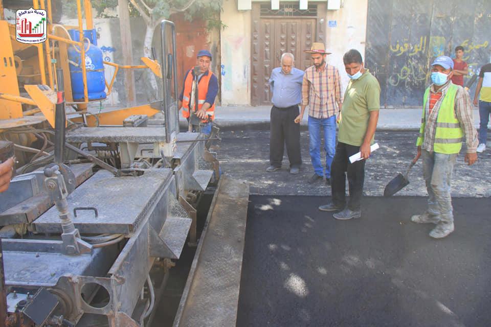 البدء بفرد طبقة الاسفلت الأولى بشارع السلام ضمن مشروع إعادة تأهيل شارع السلام الممول من صندوق تطوير