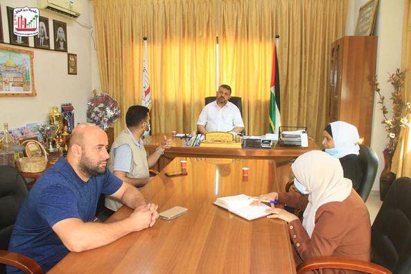 بلدية دير البلح تبحث تنفيذ مبادرة خلق بيئة آمنة للأطفال مع جمعية نبراس للتنمية المجتمعية