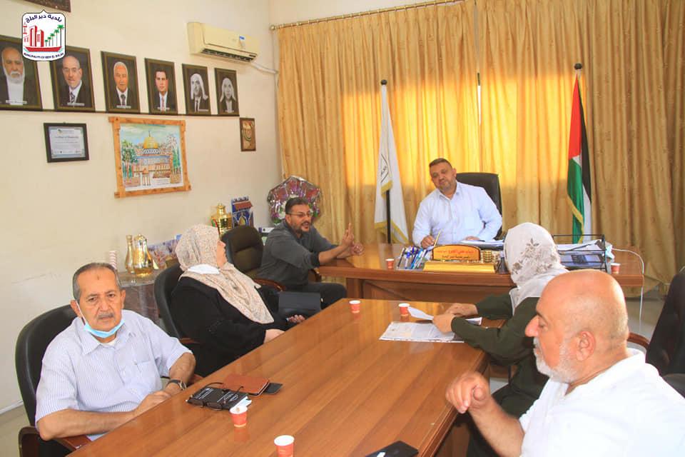 بلدية دير البلح تستضيف اجتماع مناقشة مقترح مشروع استكمال تطوير مخيم دير البلح