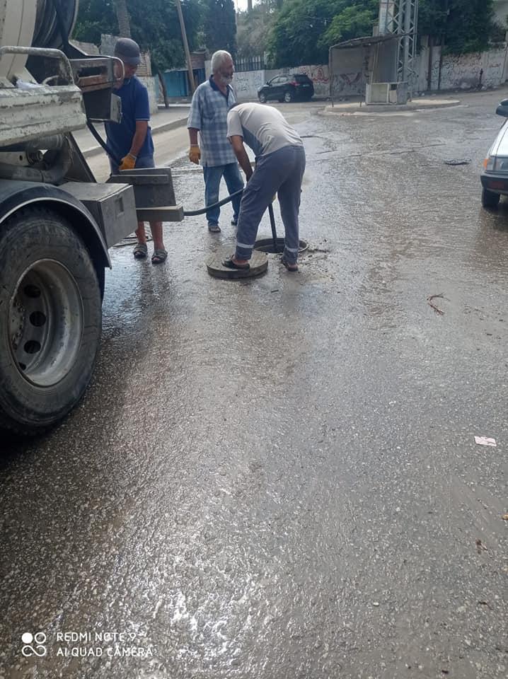 صور// جانب من أعمال تسليك مناهل الصرف الصحي بمناطق متفرقة بالمدينة